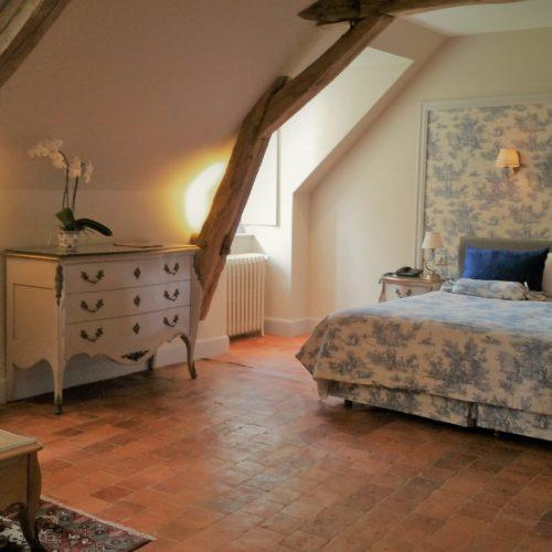 Grand chambre très confortable avec belle salle de bain